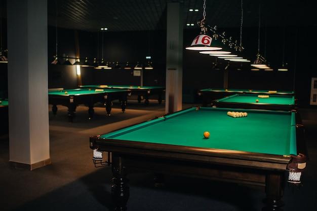 Biljarttafel met groen oppervlak en ballen in de biljartclub.