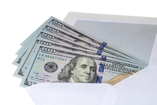 Biljetten van honderd amerikaanse dollars in een postenvelop