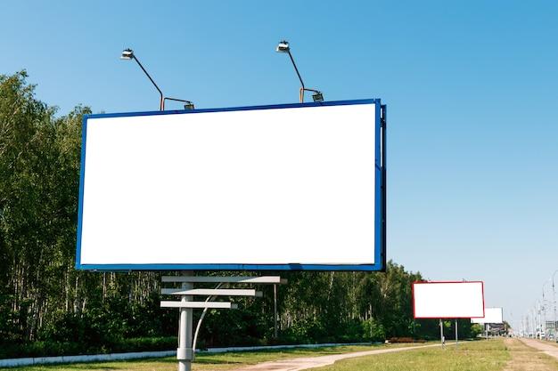 Billboard, billboard mockup, lay-out op de achtergrond van de stad