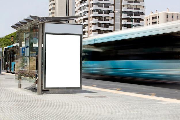 Billboard in het stadscentrum met bus in beweging