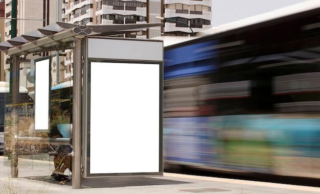 Billboard in het stadscentrum met rijdende bus