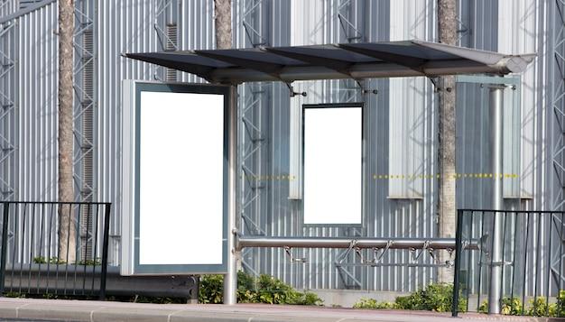 Billboard in industriegebied van de stad met metalen achtergrond