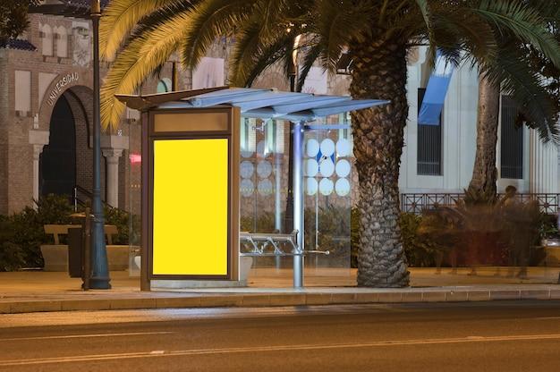 Billboard met licht in het centrum van de stad 's nachts tekst universiteit
