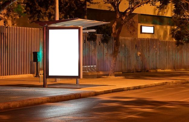 Billboard met licht in het centrum van de stad 's nachts
