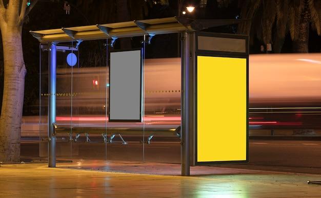Billboard met licht in het stadscentrum 's nachts met vrachtwagen in beweging
