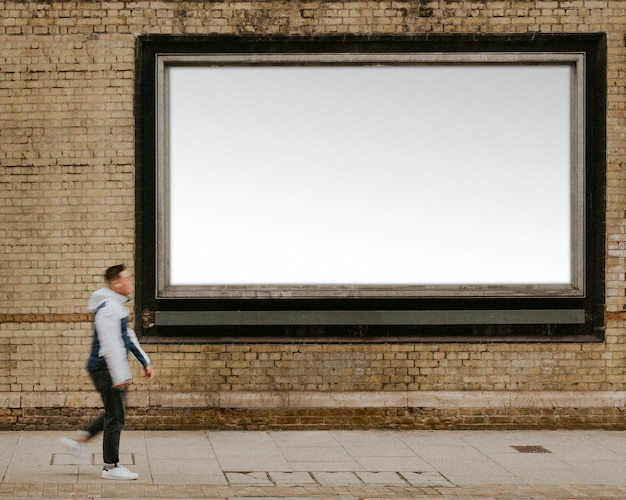 Billboard met ontwerpruimte aan de straat van londen