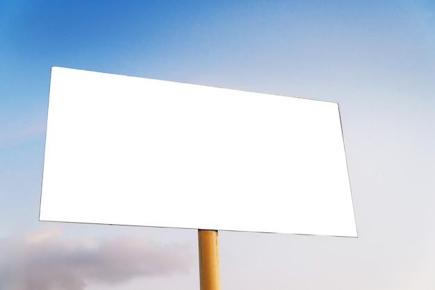Billboard op een achtergrond van blauwe lucht