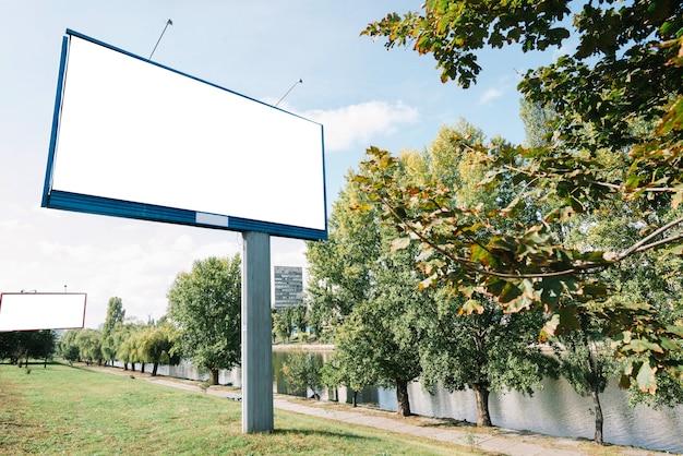 Billboards in de buurt van de rivier