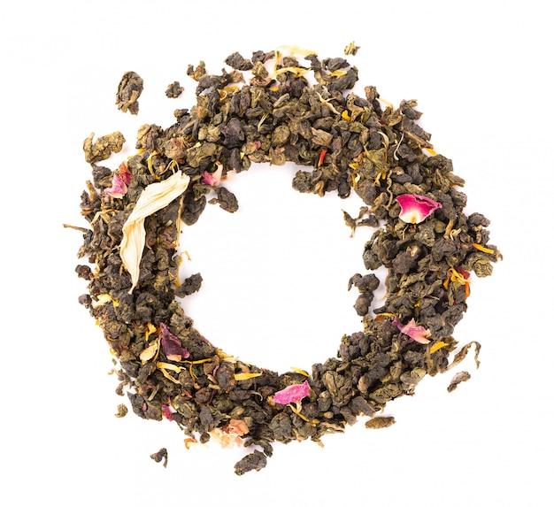 Bind guan yin-thee met de bloemblaadjes van sering, hibiscus en zonnebloem