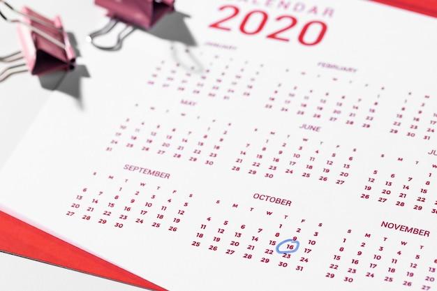 Binder clips op kalender hoge hoek