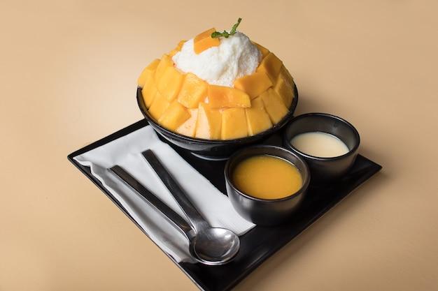 Bing su mango op crèmekleur backgroung