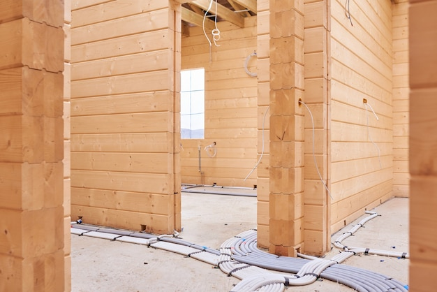 Binnen een houten huis in aanbouw