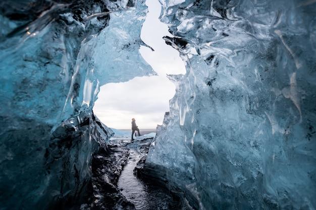 Binnen een ijsgrot in ijsland