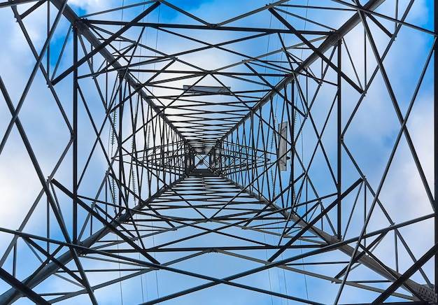 Binnen een toren van elektriciteit van onderaf gezien