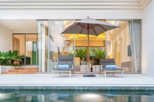 Binnen- en buitenontwerp van villa met zwembad met woonkamer