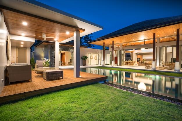 Binnen- en buitenontwerp van zwembadvilla met zwembad, huis, huis