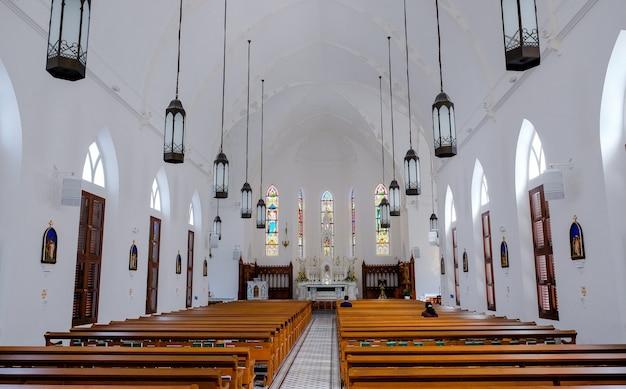 Binnen in de kerk van de heiligen peter en paul, singapore