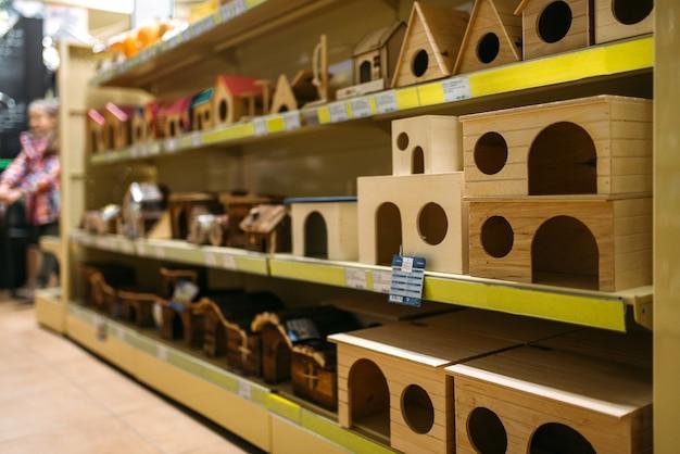 Binnen in dierenwinkel, planken met accessoires, markt voor huisdieren.