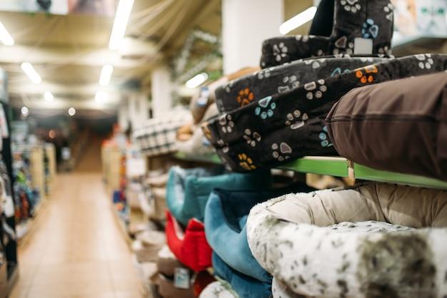 Binnen in dierenwinkel, planken met accessoires