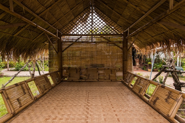 Binnen in het oude primitieve huis van aboriginals