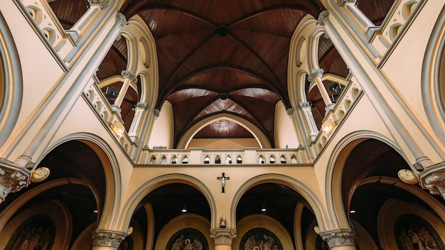 Binnen kathedraal van maria van de assumptie met houten versierd