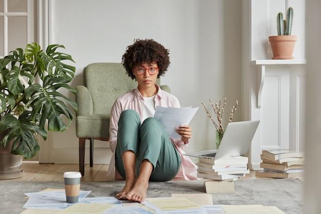Binnen mening van intelligente vrouw poseren in gezellig appartement
