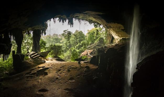 Binnen niah great cave, die uit, in niah national park, borneo, sarawak, maleisië uitkijken