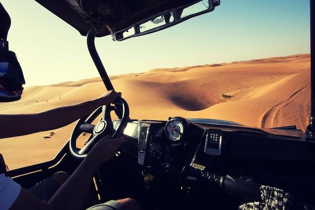 Binnen quad-voertuig met fouten in woestijn