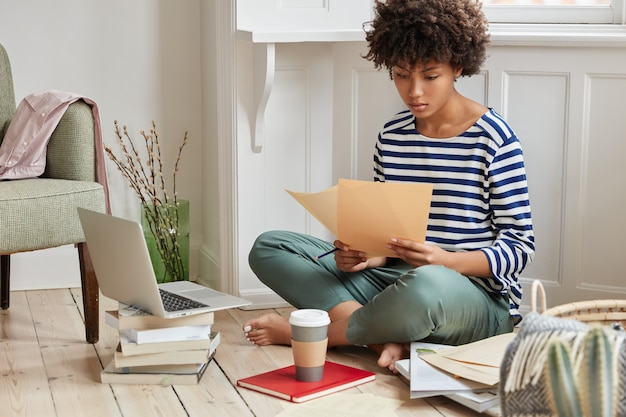 Binnen schot van doordachte student thuis werken
