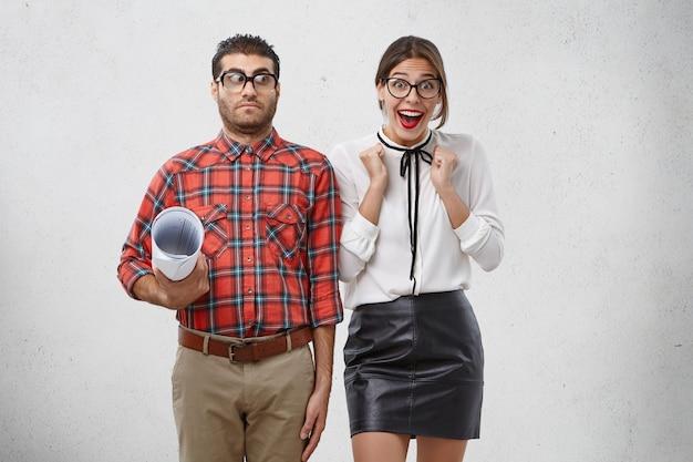 Binnen schot van gelukkige emotionele vrouw balde vuisten van opwinding, verheugt zich over het vinden van goedbetaalde baan