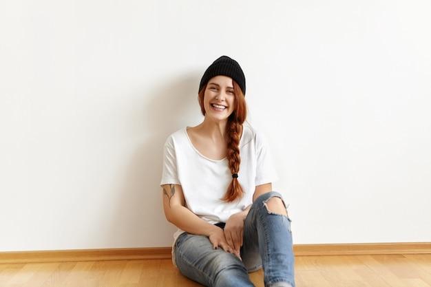 Binnen schot van mooi gelukkig kaukasisch studentenmeisje met charmante glimlach