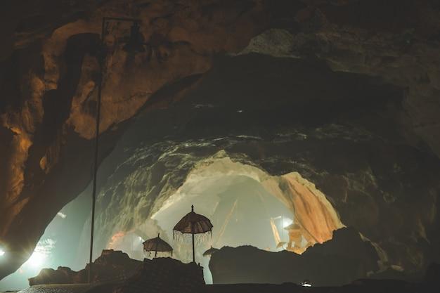 Binnenaanzicht van de goa giri putri hindoe-tempel nusa penida eiland indonesië het grotinterieur met