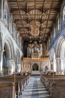 Binnenaanzicht van de kathedraal van st david's in pembrokeshire