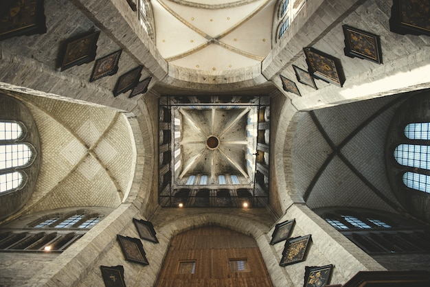Binnenaanzicht van een europese gotische kerk