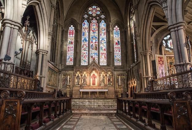 Binnenaanzicht van een kerk met religieuze iconen op de muren en ramen