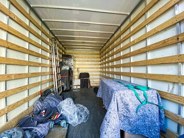 Binnenaanzicht van een rijdende vrachtwagen vol met spullen