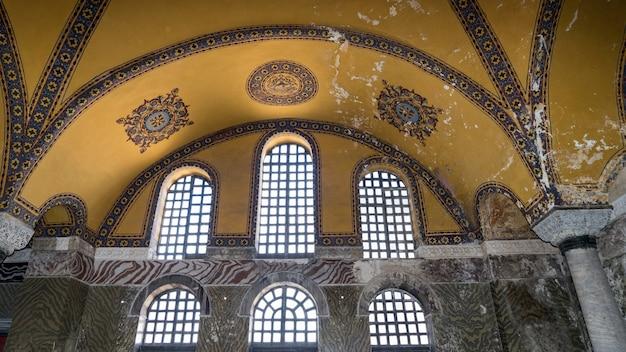 Binnenaanzicht van het hagia sophia museum in istanbul, turkije.