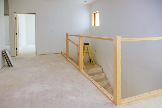 Binnenbouw van woningbouwproject met deur en lijstwerk aangebracht bouwmateriaal