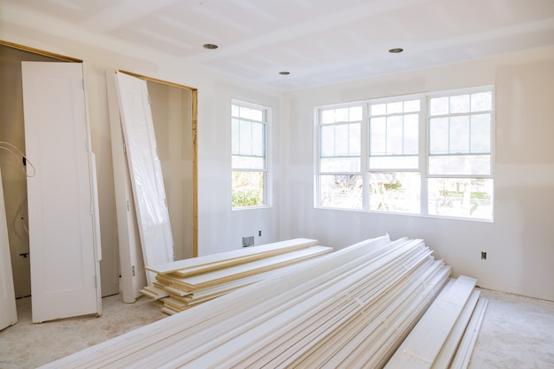 Binnenconstructie van woonproject met geïnstalleerde deur en lijstwerk