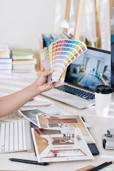 Binnenhuisarchitect die met kleurenpalet werkt