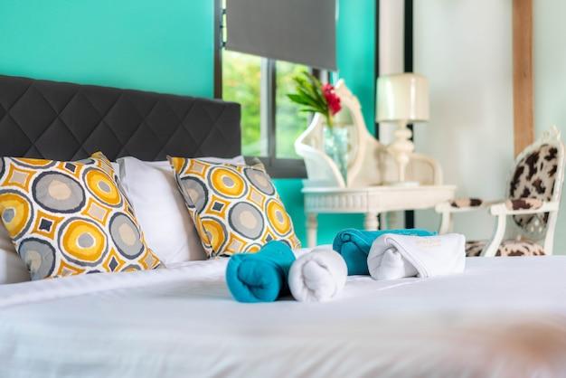 Binnenhuisarchitectuur in slaapkamer van poolvilla met bed