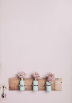 Binnenhuisarchitectuur met flessen op roze muur