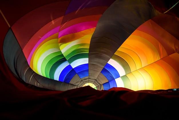 Binnenin hete luchtballon die 's nachts brandt