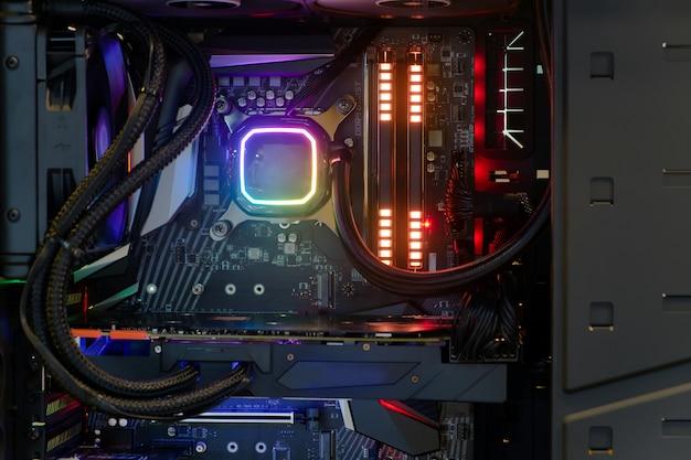 Binnenin hoogwaardige desktop-pc en koelsysteem op cpu-aansluiting met meerkleurige led rgb-lichtshow-status bij werken