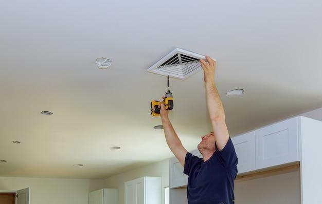 Binneninstallatie van centrale airconditioningopeningen aan de muur