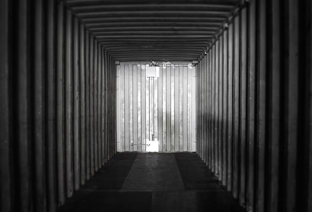 Binnenkant van binnen een lege verschepende ladingcontainer. magazijnlogistiek en vrachtvervoer.