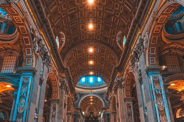 Binnenkant van de beroemde st. peter's basiliek in vaticaanstad