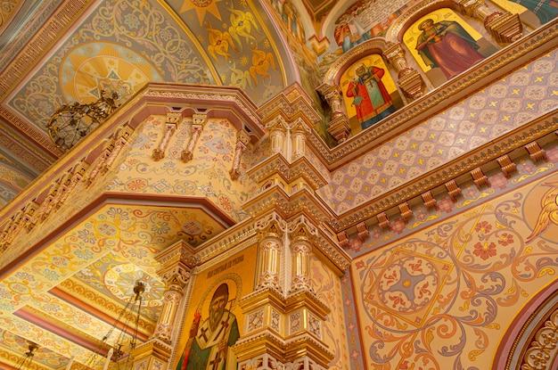Binnenkant van de koepel van de all hallows church met muurschilderingen