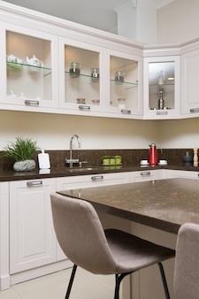 Binnenkant van de luxe het moderne beige keuken