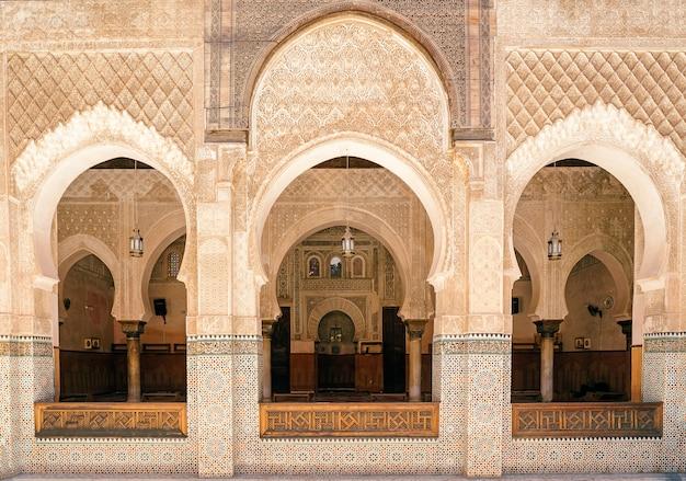 Binnenkant van de madrasa bou inania, medina van fes, marokko